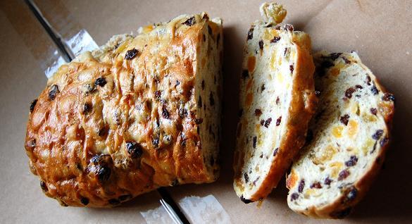 לחם עם פירות יבשים