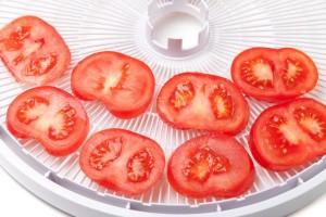 עגבניות על מגש מייבש מזון